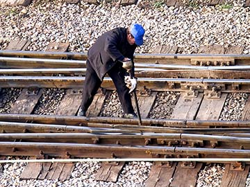 This rail worker faces many dangers every day. If you have been injured while working for a railroad company, call a Grand Prairie FELA attorney now.
